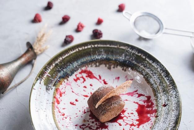 Eine obenliegende ansicht des geschmackvollen gesunden runden kuchens auf platte