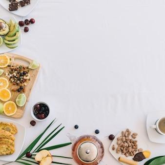 Eine obenliegende ansicht des gesunden frühstücks auf weißem hintergrund