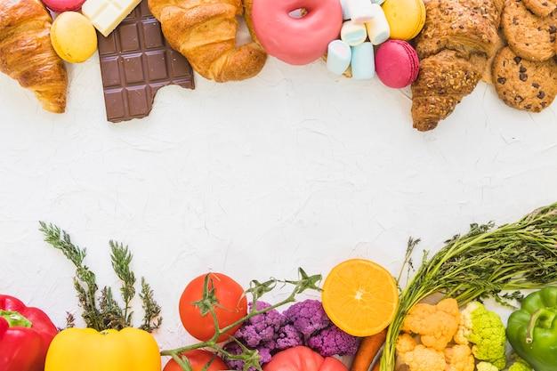 Eine obenliegende ansicht des gesunden und ungesunden lebensmittels auf weißem hintergrund