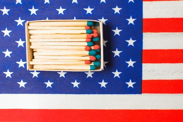Eine obenliegende ansicht des roten und blauen matchstick auf amerikanischer flagge