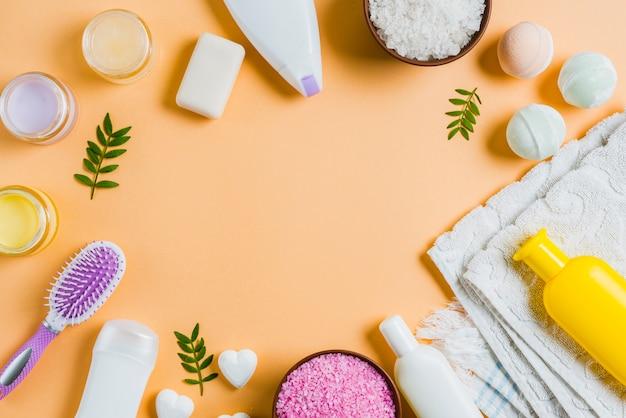 Eine obenliegende ansicht von badekurortprodukten auf farbigem hintergrund