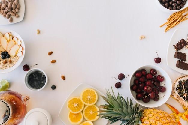 Eine obenliegende ansicht von gesunden früchten auf weißem hintergrund