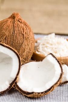 Eine offene kokosnuss mit kokosraspeln.