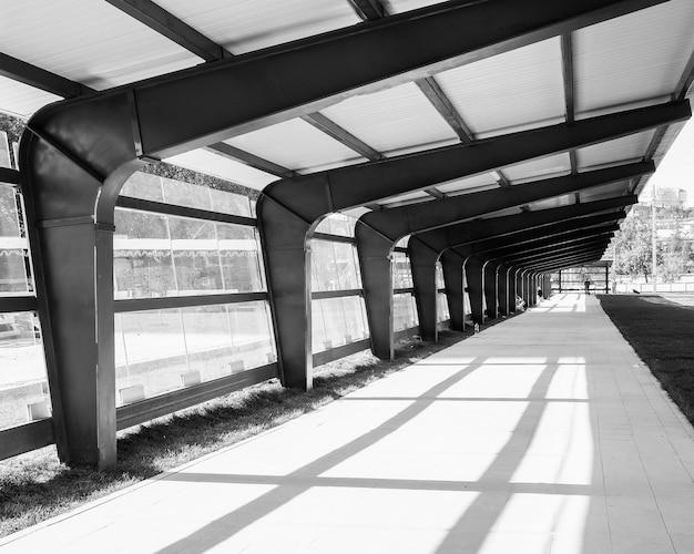 Eine offene moderne straßengalerie aus glas und metall an einem sonnigen nachmittag