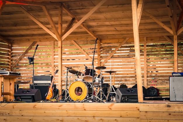 Eine open-air-musikbühne mit instrumenten und geräten.