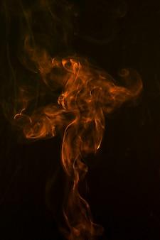 Eine orange abstrakte rauchkurven und -welle auf schwarzem hintergrund