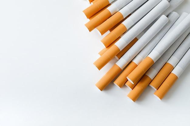 Eine packung zigaretten mit einem luftfilter auf einem weißen tisch. prävention von schlechten gewohnheiten und sucht. tiefenschärfe. kopieren sie platz für text.