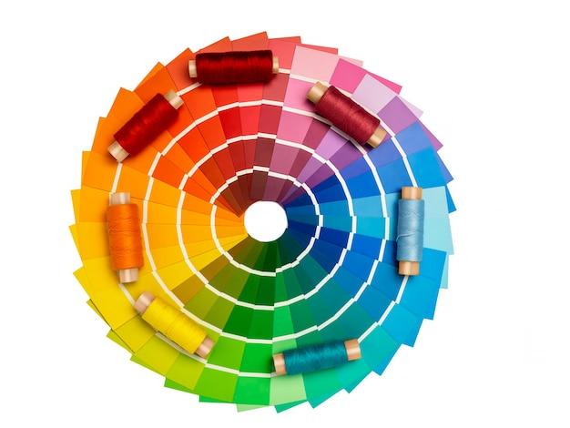 Eine palette von farbkarten zur bestimmung der farbe. nachschlagewerk mit farbmustern, farbkatalog. auswahl der themen im katalog für designer.
