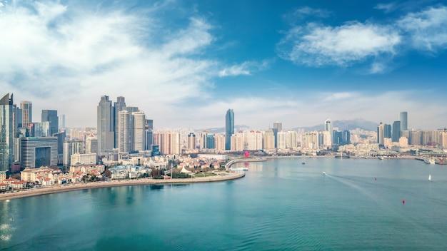 Eine panorama-luftaufnahme der architektonischen landschaft und der skyline der bucht von qingdao fushan
