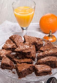 Eine partie schokoladen-brownies auf einem teller