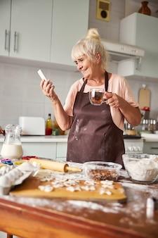 Eine pause vom kochen für videoanrufe mit der familie machen