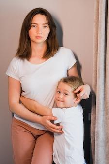 Eine person, die ein baby hält, definiert