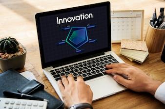 Eine Person, die in Bezug auf Innovation arbeitet