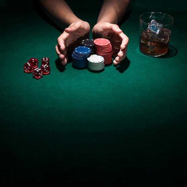 Eine person, die poker im kasino spielt
