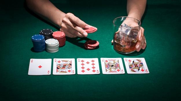 Eine person, die pokerkarte im kasino spielt