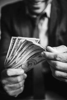 Eine person, die viel geld trägt