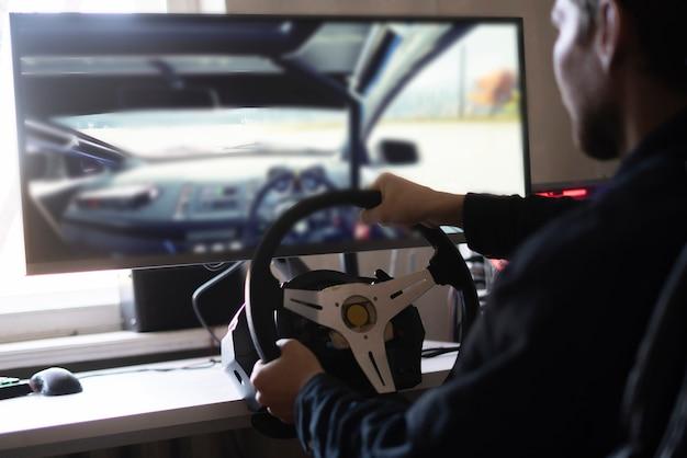 Eine person lernt das autofahren mit einem autocomputersimulator