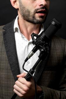 Eine person singt vor stehendem mikrofon