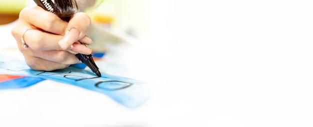 Eine person zeichnet mit einem pinsel und malt auf einer großen leinwand in einem kunstatelier. kreativer, moderner künstler der bildenden kunst, ein meisterwerk der zeichnung, zeichenausbildung, kunstschule, fernunterricht, banner