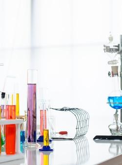 Eine pipette, die probe in ein reagenzglas, hintergrund der abstrakten wissenschaft fällt