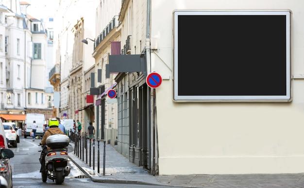 Eine plakatwerbung im freien