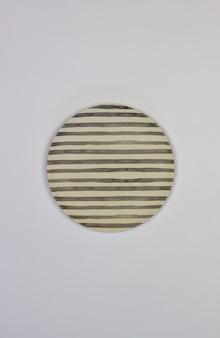Eine platte auf einem weißen hintergrund. minimalismus.
