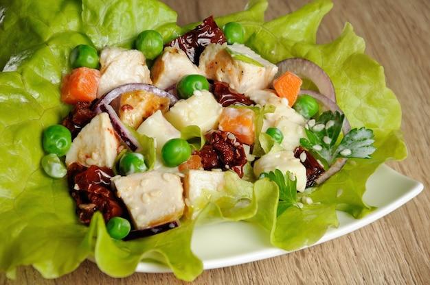 Eine portion salat in milchsauce mit sesam in salatblättern