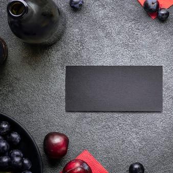 Eine postkarte ist eine einladung zu einer feier in einem dunklen konzept weinrestaurant mit einer flasche rotwein ...
