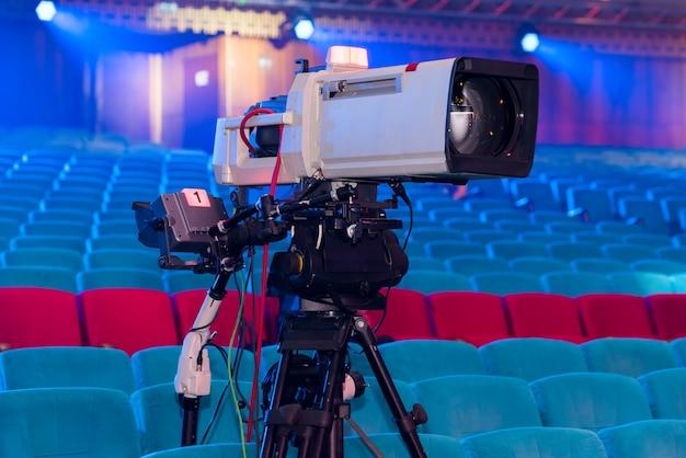 Eine professionelle fernsehkamera zum filmen von konzerten und veranstaltungen