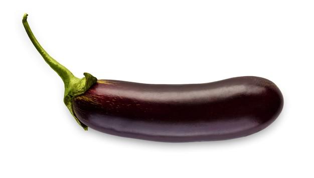 Eine reife aubergine isoliert. nahaufnahmebild des idealen auberginengemüses mit grünem frischem stiel, gesundes natürliches bio-lebensmittel