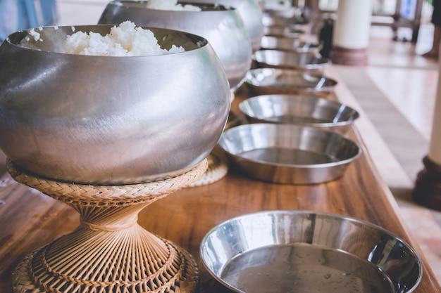 Eine reihe auf almosenschüssel des buddhistischen mönchs, erhalten, nahrung anzubieten
