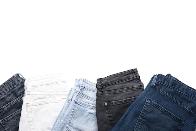 Eine reihe gefalteter jeans, isoliert, flach liegend.