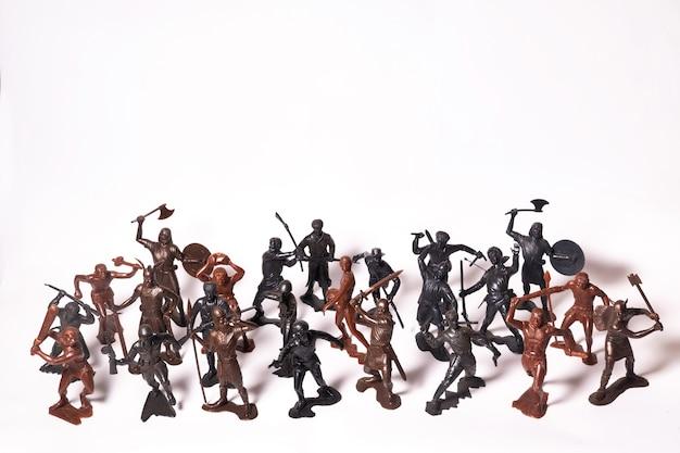 Eine reihe verschiedener spielzeugfiguren von soldaten, die auf weiß isoliert sind
