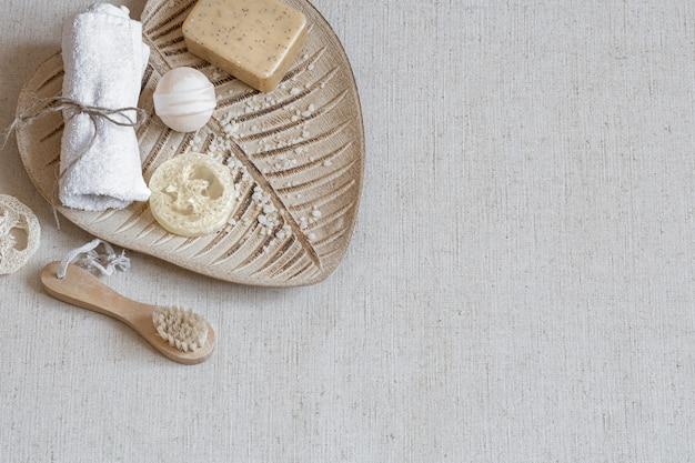 Eine reihe von badzubehör auf einer keramikbasis draufsicht. gesundheits- und schönheitskonzept.