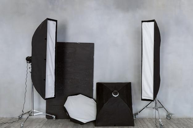 Eine reihe von beleuchtungsgeräten. gepulstes licht im studio.