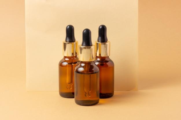 Eine reihe von bernsteinflaschen für ätherische öle und kosmetika. glasflasche. tropfer, sprühflasche