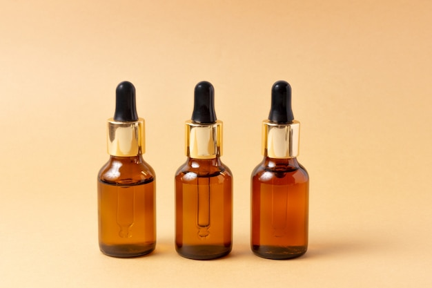 Eine reihe von bernsteinflaschen für ätherische öle und kosmetika.