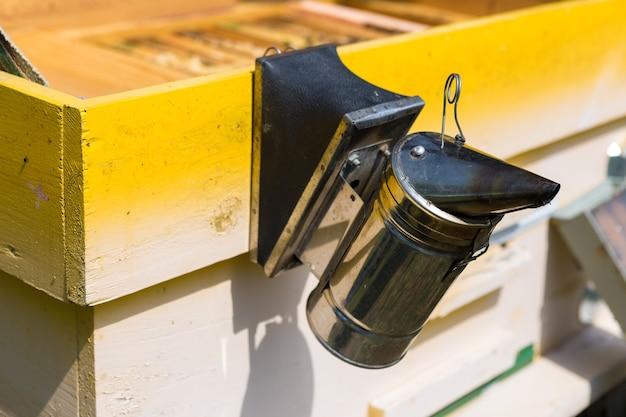 Eine reihe von bienenstöcken in einer privaten imkerei im garten. honigindustrie.