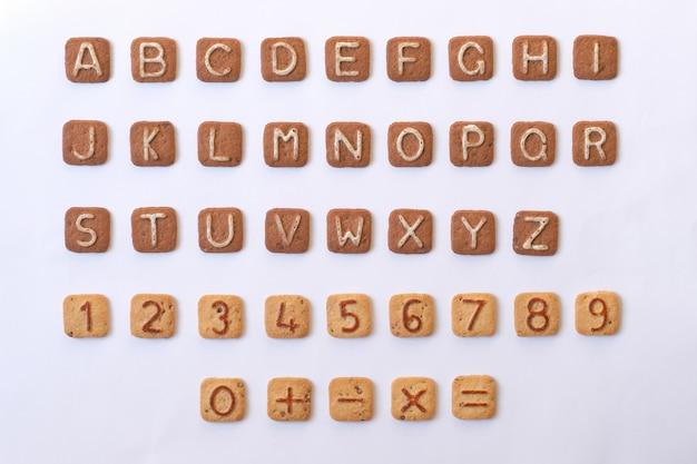 Eine reihe von buchstaben und zahlen aus cookies. alphabet und zahlen.