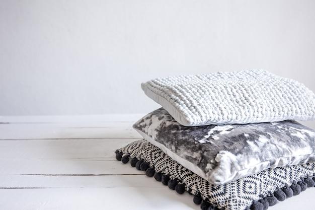 Eine reihe von dekorativen kissen im skandinavischen minimalistischen stil.