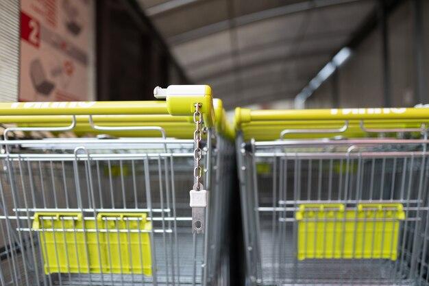Eine reihe von einkaufswagen mit fokus auf den griffen