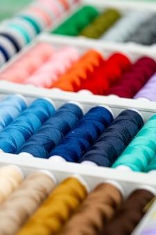 Eine reihe von fäden in verschiedenen farben.