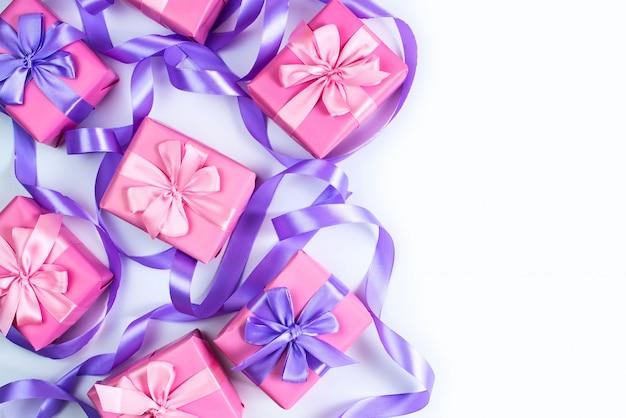 Eine reihe von geschenken für eine neugeborene rosa farbe auf weißem hintergrund eine draufsicht auf flach zu legen