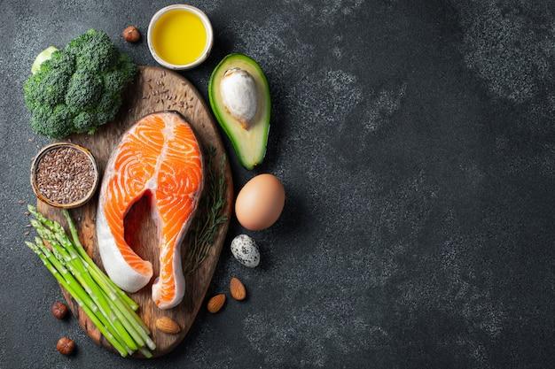 Eine reihe von gesunden lebensmitteln für die keto-diät.