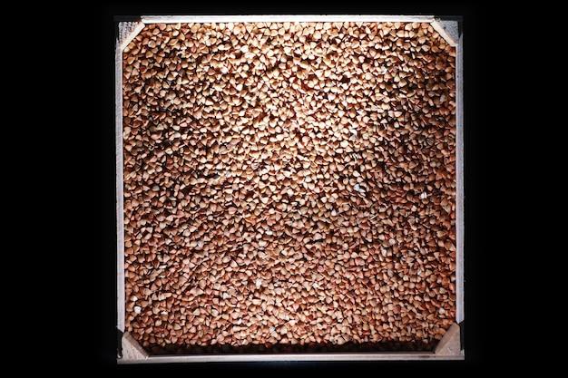 Eine reihe von getreidegetreide. reis-, buchweizen- und hirsegrütze in einem holztablett. ein lebensmittelgeschäft mit getreide. einfuhr von getreide.
