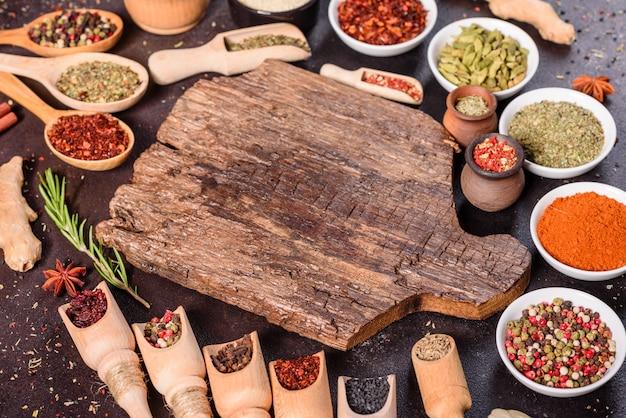 Eine reihe von gewürzen und kräutern. indische küche. pfeffer, salz, paprika, basilikum. ansicht von oben.