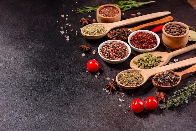 Eine reihe von gewürzen und kräutern. indische küche. pfeffer, salz, paprika, basilikum und andere. ansicht von oben.
