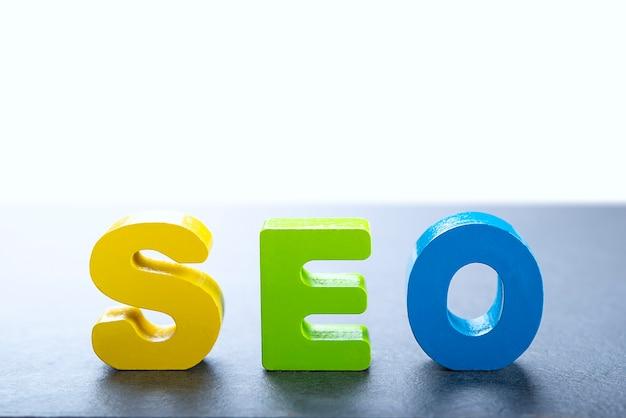 Eine reihe von holzbuchstaben, um ein wort zu bilden, das für blogs oder websites nützlich ist