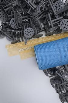 Eine reihe von konstruktionselementen zur isolierung von wänden. kunststoff