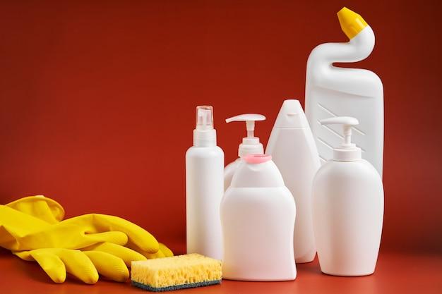Eine reihe von leeren, sauberen, weißen kunststoffbehältern in verschiedenen formen aus haushaltsreinigungsmitteln